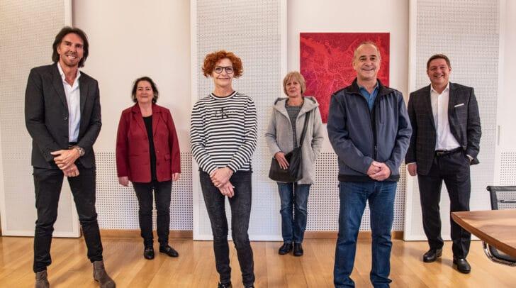 Am Bild v.l.: AMS Villach Leiter Josef Zeichen, Sabine Wedam, Manuela Gaggl, Sonja Werginz, Knes Michael und Bürgermeister Günther Albel.