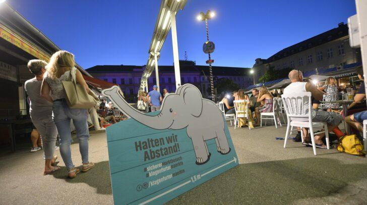 Spaß mit Abstand: Elefantendame ElaniElefanti weist auf genügend Abstand hin.
