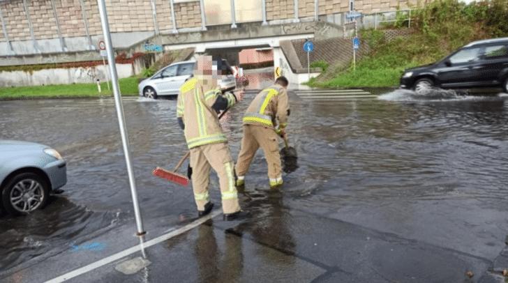 Kreuzungen und gesamte Straßenzüge standen nach dem gestrigen Gewitter unter Wasser.