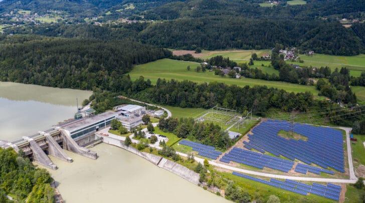Die Großanlage wurde direkt auf dem Gelände des Draukraftwerks errichtet.