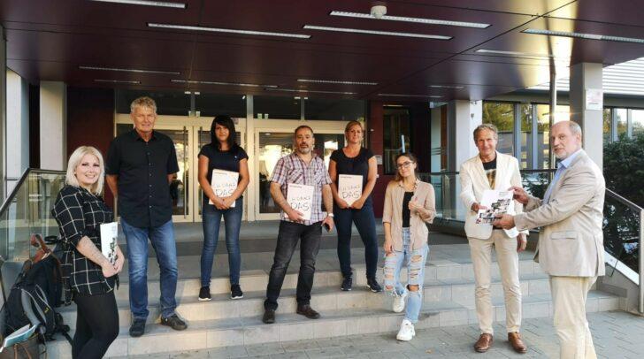Wilfried Hude, Rudolf Altersberger (von rechts), Lehrer Roman Lauchard (2. v. links) und Schüler*innen aus dem Gailtal, die den langen Weg nach Villach in Kauf nehmen, weil in Hermagor heuer keine Klasse zustande gekommen ist.