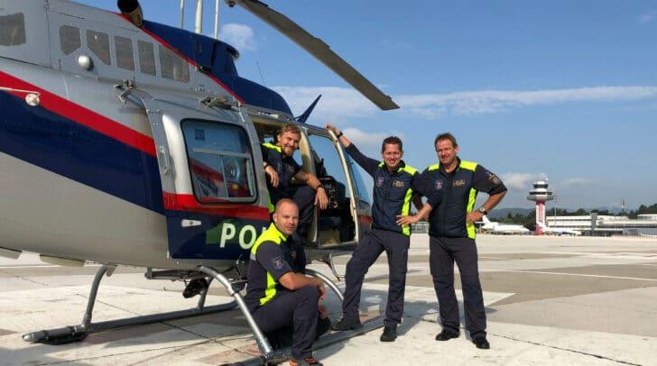 Die beiden Kursteilnehmer Benjamin Struger und Pascal Mühleder mit Chefinspektor Patrick Fritz, Fluglehrer und Bereichsleiter Pilotenausbildung der Flugpolizei, sowie Chefinspektor Ottmar Karner, Fluglehrer und Leiter der Flugeinsatzstelle Klagenfurt.