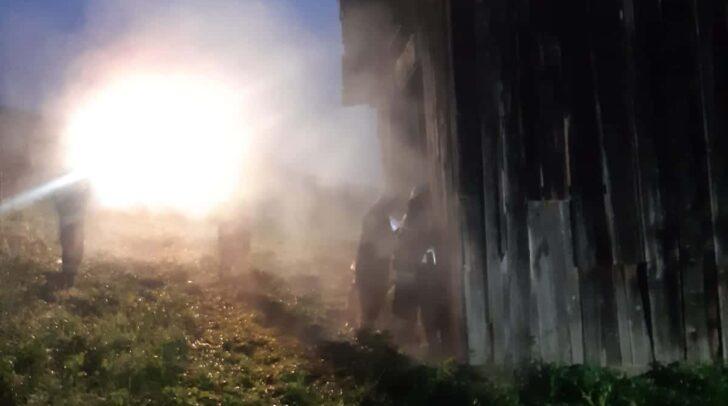 Am Einsatzort eingetroffen, stellte sich heraus, dass eine Person in einer Scheune ein Feuer entzündet hatte.