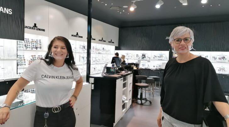 Die Verkäuferin Elke L. (rechts) befürchtet, dass nun wieder weniger Kundinnen und Kunden in das ATRIO kommen.
