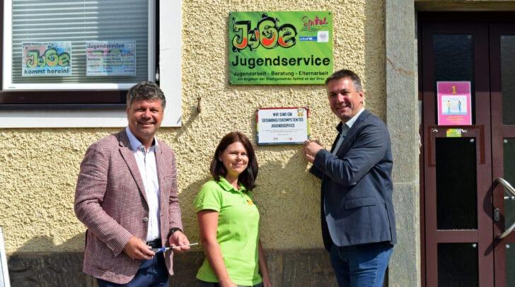 Am Bild: Bürgermeister Gerhard Pirih, die Jugendservice-Leiterin Natascha Schafferer und Vizebürgermeister Jugendreferent Andreas Unterrieder