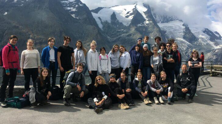 Die Schülergruppe bei der fachkundigen Führung der Nationalparkranger.