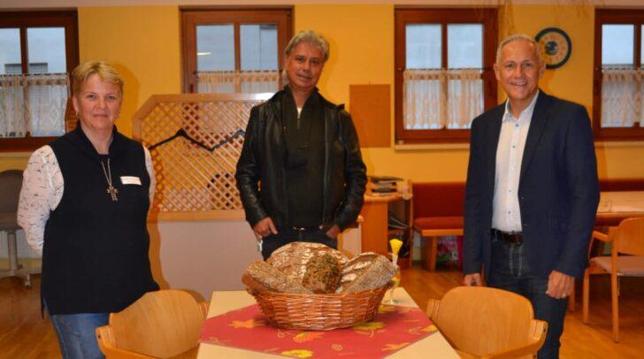 Heimleiterin Elke Brunner und Vizebürgermeister Jürgen Pfeiler freuen sich auf die Zusammenarbeit mit Christopher Taumberger (Mitte) und seinem Team.