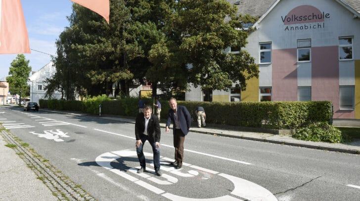 Straßenbau- und Verkehrsreferent Stadtrat Christian Scheider begutachtet mit Dipl. Ing. Harald Remy die aufgefrischten Bodenmarkierungen vor den Schulen.