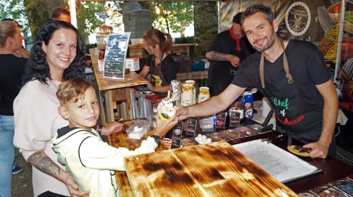 Luca und Magdalena Kleinfercher (links) ließen es sich am Stand von Daniel Ramsbacher (Cantina Mexicana und Juicy Lucy) schmecken.