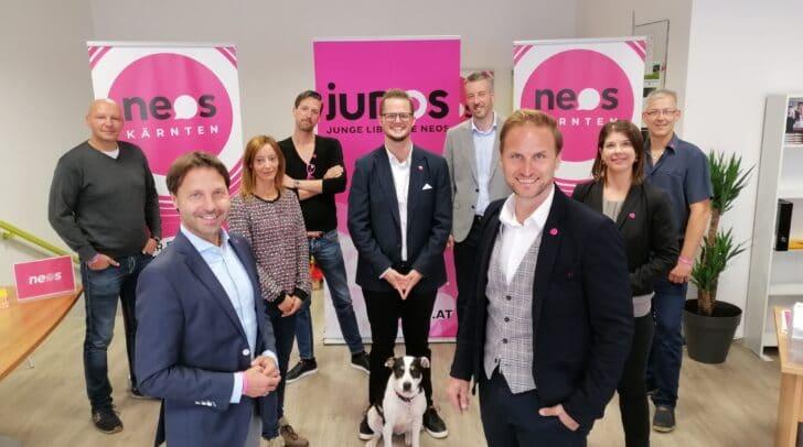 NEOS-Landessprecher Markus Unterdorfer-Morgenstern (vorne li.) mit den Kandidat_innen, die bei der Gemeinderatswahl 2021 in Klagenfurt antreten wollen.