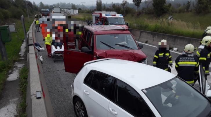 In Zusammenarbeit mit dem Roten Kreuz konnten die Kameraden die Personen aus den Fahrzeugen retten.