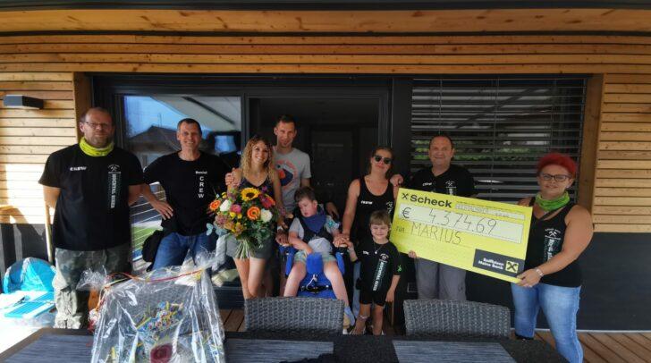 Die Einnahmen des 1. Hochtal-Biker Flohmarktes in Bad Bleiberg wurden gestern dem jungen Marius überreicht.