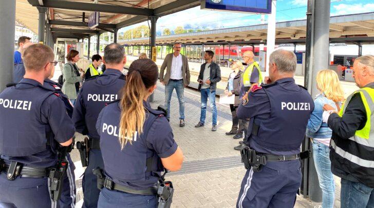 Mitarbeiterinnen und Mitarbeiter von Magistrat Villach, Polizei und ÖBB bei der Einsatzbesprechung am Bahnsteig