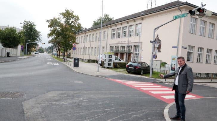 Straßenbau- und Verkehrsreferent Stadtrat Christian Scheider besichtigt den sanierten Kreuzungsbereich vor der Rennerschule