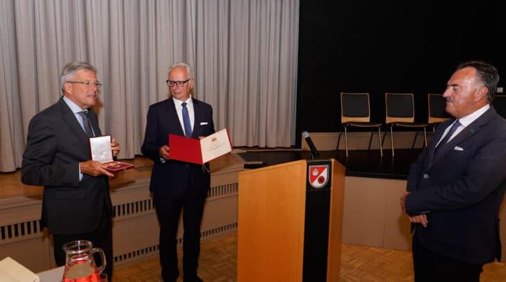 LH Peter Kaiser und Landtagspräsident Reinhart Rohr ehren Altbürgermeister Heinrich Kattnig.