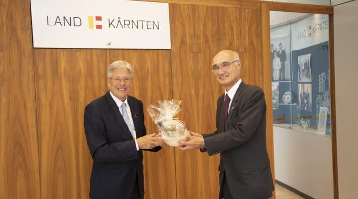 LH Peter Kaiser (l.) empfängt den japanischen Botschafter Mizutani Akira (r.).