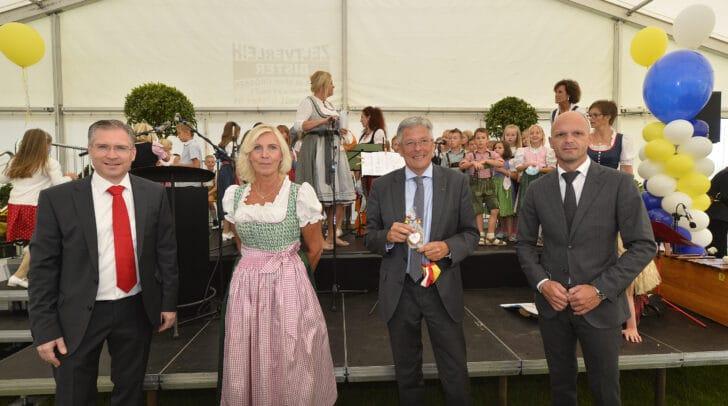 Im Bild v.l.: BGM Martin Kulmer, VS-Direktorin Maria Magdalena Wiery, Robert Klinglmair und LH Peter Kaiser.