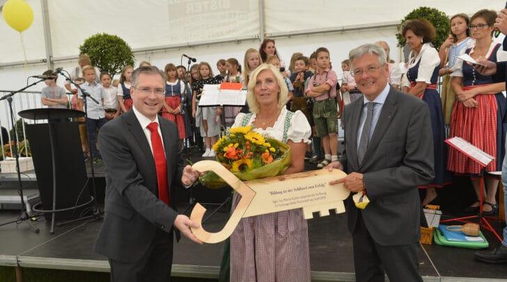 Im Bild v.l.: BGM Martin Kulmer, VS-Direktorin Maria Magdalena Wiery und LH Peter Kaiser.