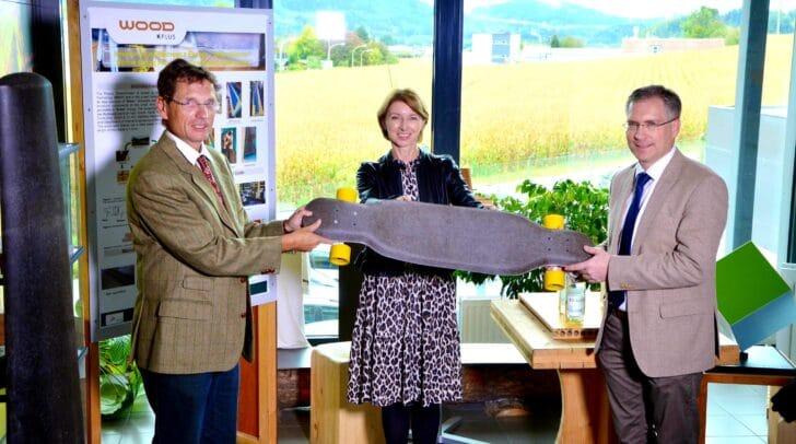 Herfried Lammer (wood k plus), LHStv.in Gaby Schaunig und Bgm. Martin Kulmer mit einem aus Pflanzenfasern gebauten Longboard.