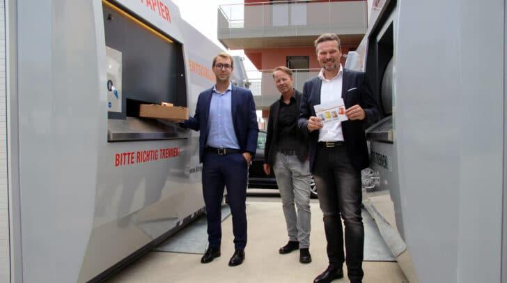 Mag. Fabian Eder (KSW), Architekt DI Stefan Kartnig und Entsorgungsreferent Vizebürgermeister Wolfgang Germ (v.l.n.r.) testen die neuen Presscontainer in der Maximilianstraße.
