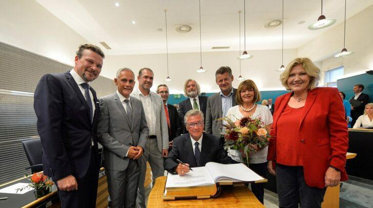 Altbürgermeister Harald Scheucher mit Lebensgefährtin Sigrid, Bürgermeisterin Maria-Luise Mathiaschitz und allen Stadtsenatsmitgliedern