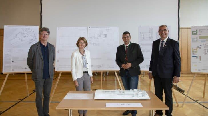 Bei der Präsentation des Siegerprojekts v.l. Peter Riepl (Riepl Riepl Architekten), LH-Stv. Gaby Schaunig, LR Martin Gruber und Direktor Johannes Leitner.