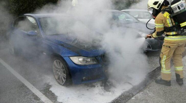 Die Einsatzkräfte der Berufsfeuerwehr Klagenfurt konnten den Brand des Fahrzeuges unter schwerem Atemschutz rasch löschen.