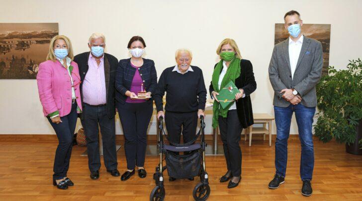 Ing. Josef Ortner feierte im Kreise seiner Familie den 100. Geburtstag. Bürgermeisterin Dr. Maria-Luise stellte sich auch als Gratulantin ein.