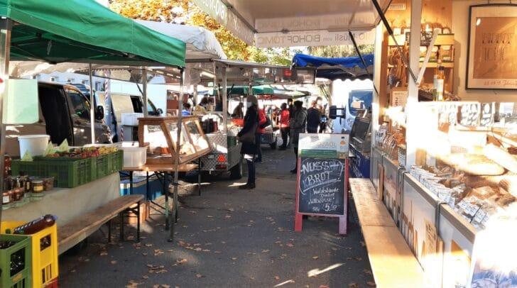 Der Bauernmarkt findet jeden Mittwoch und Samstag am Baumbachplatz statt.