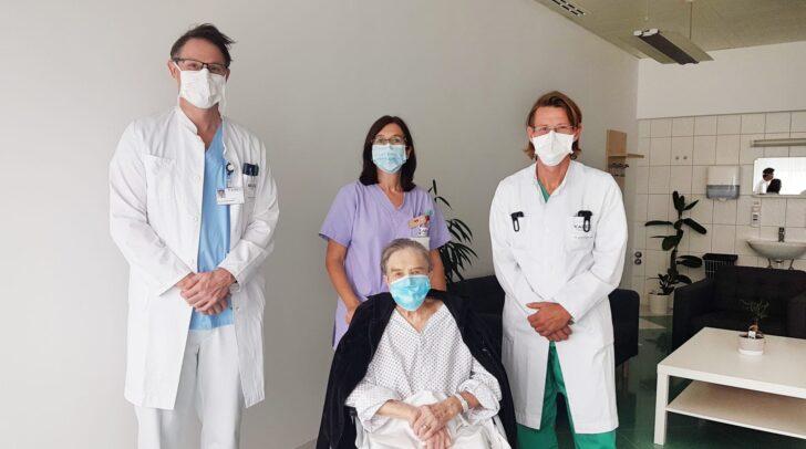 Prim. Dr. Thomas Roskaric (Chirurgie), Stationsleitung DGKP Karin Zellacher, EOA Dr. Harald Müller (Anästhesiologie und Intensivmedizin) mit Patientin Erna Z.