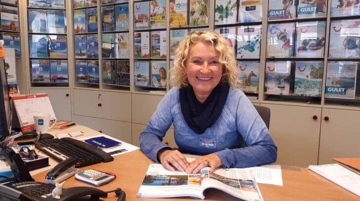 TUI Büroleiterin Bettina Kraushofer kennt die Reiseziele, die auch in Coronazeiten besucht werden können.