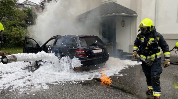 Aus noch nicht geklärter Ursache fing das Fahrzeug nach dem Abstellen Feuer.