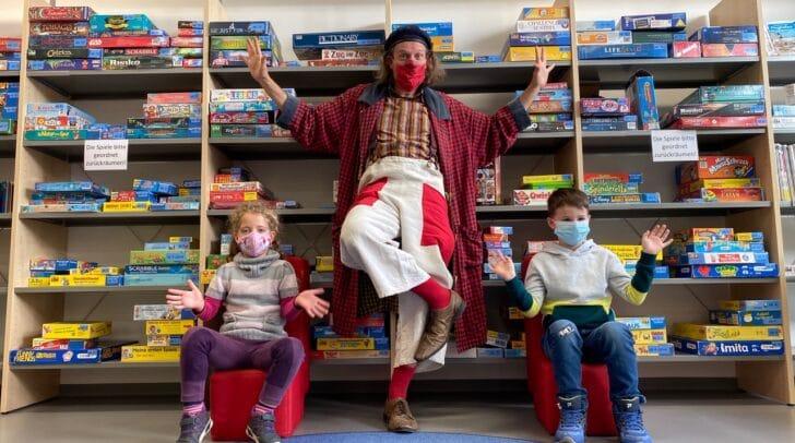 Clown Giggo mit seinen Fans aus der Volksschule Ost