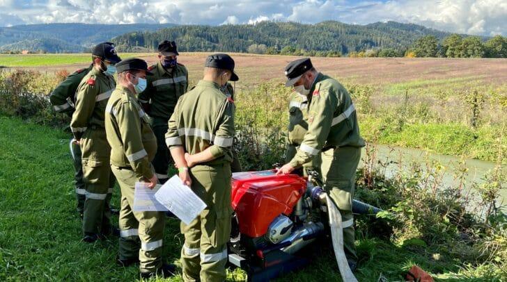 Die Feuerwehrmitglieder erlernten die richtige Handhabe von Feuerwehrpumpe & Co.