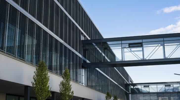 Das neue Forschungsgebäude am Infineon Standort Villach wurde mit drei Brücken mit dem Gebäudebestand verbunden.