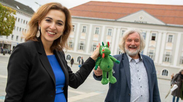 """Als kleine Überraschung fürs Baby der Ministerin hatte der Stadtrat ein Plüschtier dabei – passend für Klagenfurt ein """"Lindwurm""""."""
