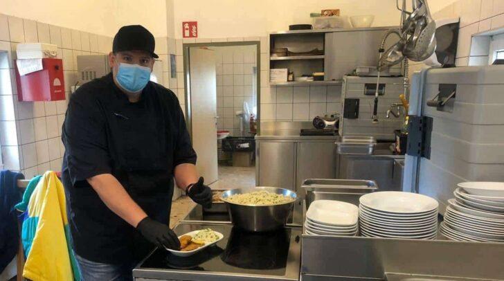 Der Koch Christian Klemen wollte helfen und kocht daher einmal pro Monat ehrenamtlich im Eggerheim in Klagenfurt.