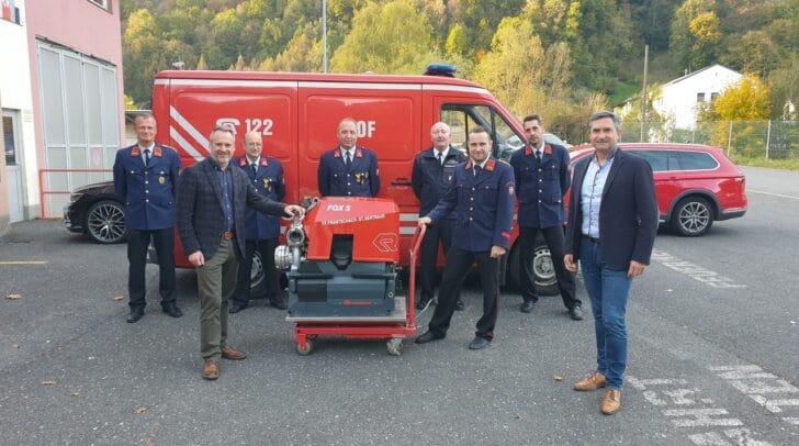 Mondi Frantschach GF Gottfried Joham und BGM Günther Vallant überreichten zum 100. jährigen Jubiläum der Freiwilligen Feuerwehr Frantschach eine neue Tragkraftspritze an Kommandant Sandro Monsberger.