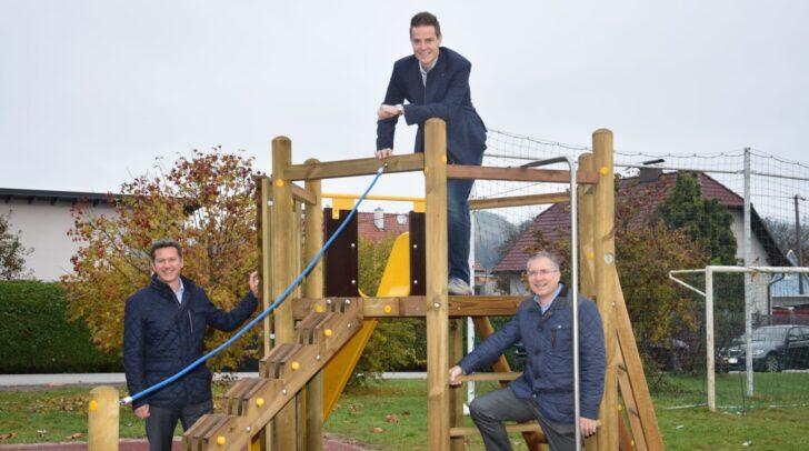 v.l.n.r.:  LR Daniel Fellner, Büroleiter Martin Hafner und der St. Veiter Bgm. Martin Kulmer am neuen Spielplatz in Glandorf.