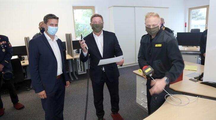 Von links: Landesrat Daniel Fellner, Bürgermeister Günther Albel und Helmut Hausmann von der Leitstelle Villach bei der Inbetriebnahme der Leitstelle Villach und damit des Leitstellenverbundes.