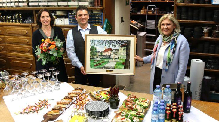 Bürgermeisterin Maria-Luise Mathiaschitz gratuliert Renate und Albert Pflüger zum 125-jährigen Firmenjubiläum.