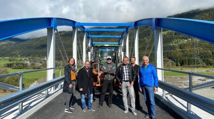Die Gemeindevertreter und Anrainer auf der Straniger Brücke.