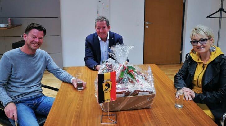 Direktor Daniel Kosutnik mit Bürgermeister Josef Müller und Schulreferentin Vize-Bürgermeisterin Ulrike Sauerschnig