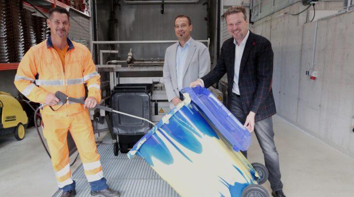 Entsorgungsreferent Vzbgm. Wolfgang Germ und Gernot Bogensberger (Leiter Abt. Entsorgung) schauen in der Müllbehälterwaschanlage vorbei.