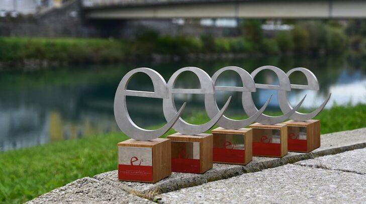 """Das Bild zeigt die 5 """"e"""", eine Auszeichnung auf regionaler und internationaler Ebene, die kürzlich erneut an Villach verliehen wurden."""
