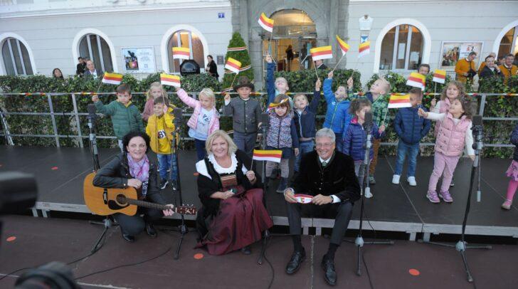 Singen und Feiern um den Lindwurm.