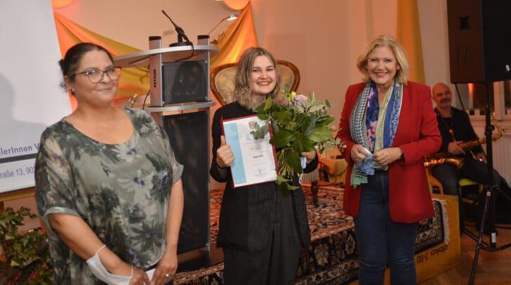 Klagenfurts Bürgermeisterin Maria-Luise Mathiaschitz mit Preisträgerin Ana Grilc (Newcomer-Literaturpreis der Landeshauptstadt Klagenfurt).