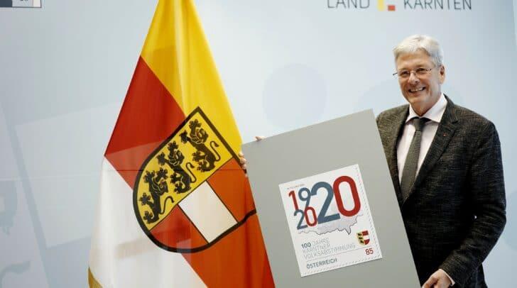 LH Peter Kaiser mit der Sonderbriefmarke zu 100 Jahre Kärntner Volksabstimmung