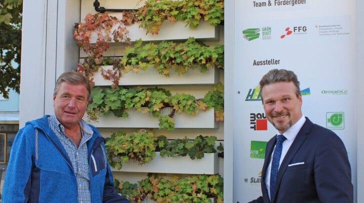 Ing. Peter Haslauer (Abt. Entsorgung) mit Vizebürgermeister Wolfgang Germ beim MUGLI-Container, der über mögliche Dach- und Fassadenbegrünungen aufklärt.