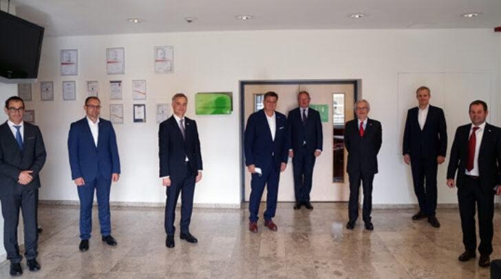 Am Bild zu sehen sind (v.l.n.r) Benjamin Wakounig, Präsident Slovenska gospodarska zveza /Slowenischer Wirtschaftsverband, WK-Präsident Jürgen Mandl, Michl Ebner, Präsident der Handelskammer Bozen und Meinrad Höfferer, stellvertretender Direktor der Wirtschaftskammer Kärnten.